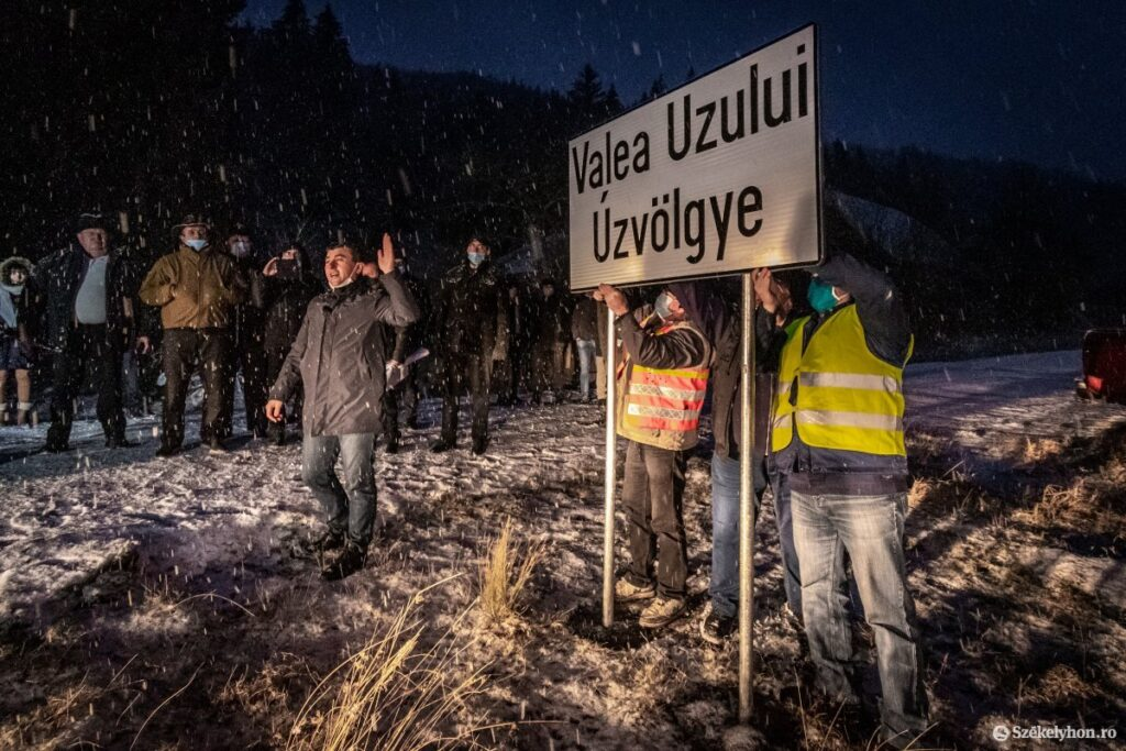 Workers Assemble the Bilingual Úz Valley Sign